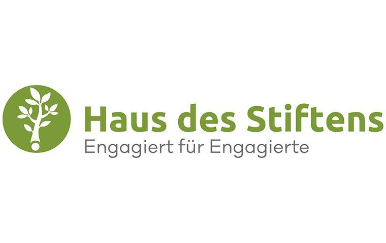 """Schriftzug in grüner Farbe """"Haus des Stiftens"""" in grau darunter """"Engagiert für Engagierte"""""""