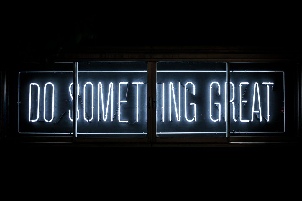 Ein Neon-Zeichen mit der Aufschrift: Do Something Great!