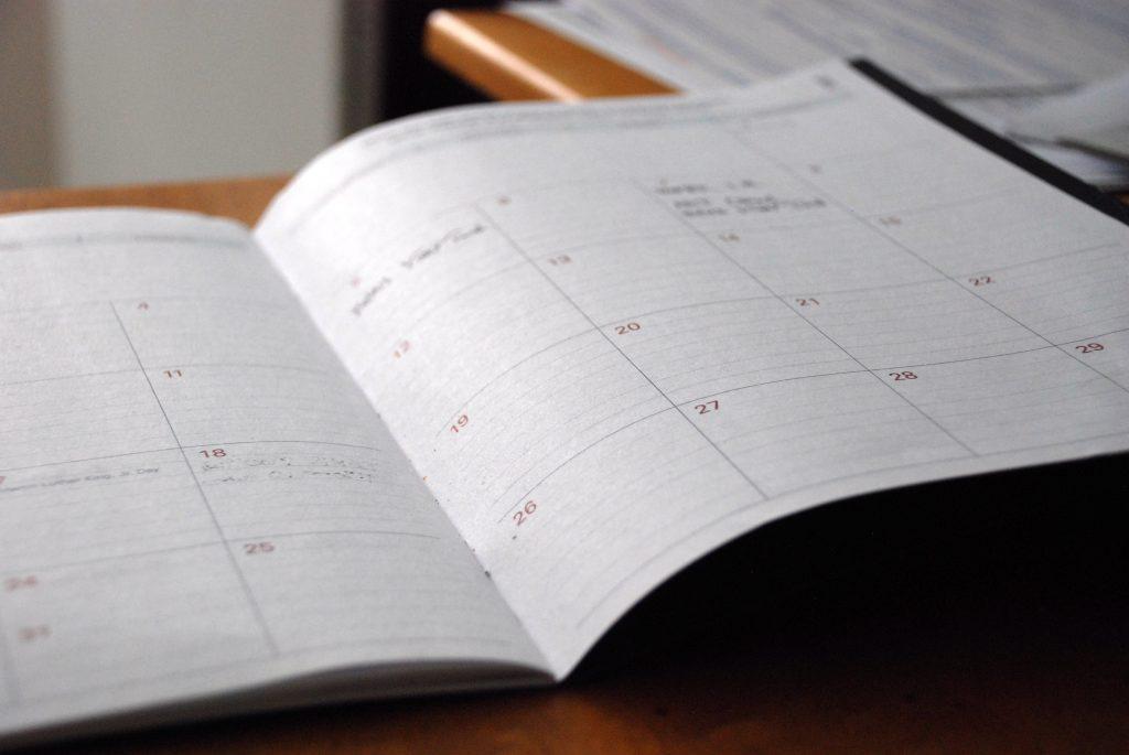 Ein aufgeschlagener Kalender.