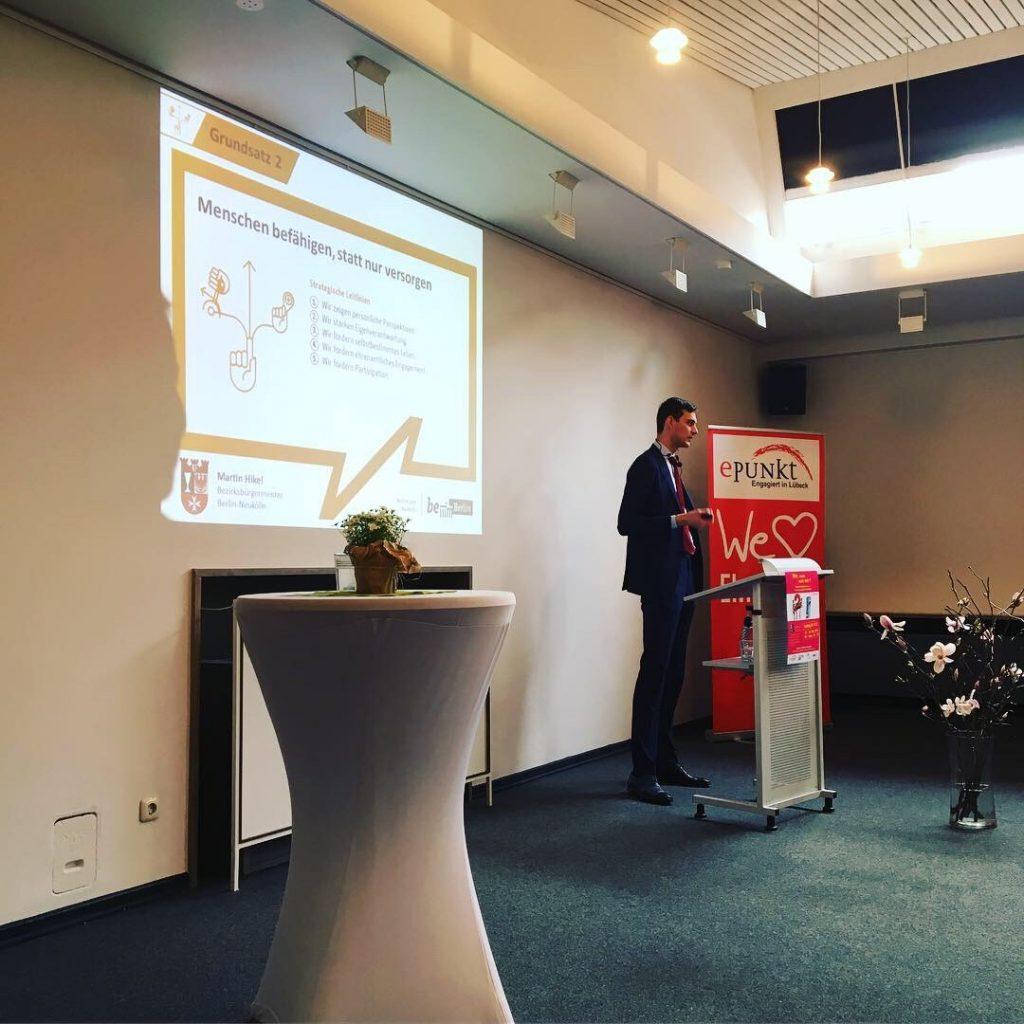 Martin Hikel, Bezirksbürgermeister von Neukölln, bei seinem Vortrag bei ePunkt in Lübeck.