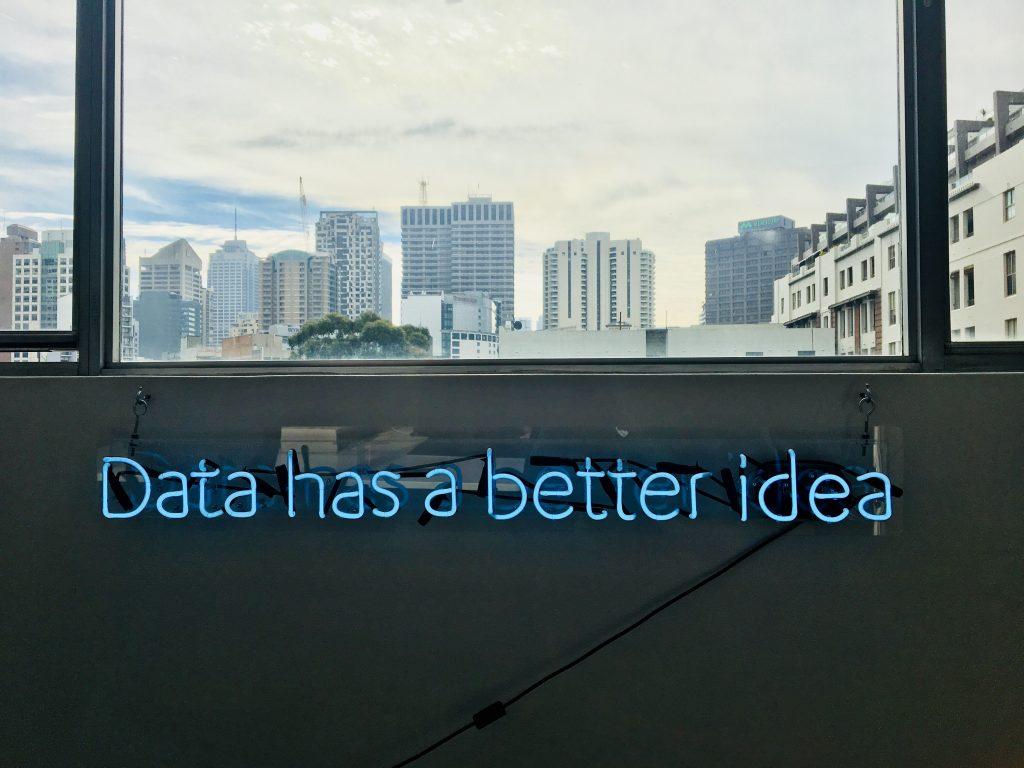 "Ein Neon-Schriftzug mit der Aufschrift ""Data has a better idea""."