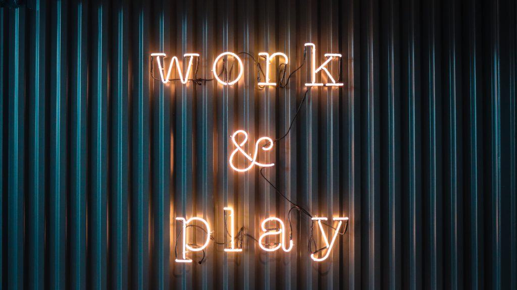 """Eine Leuchtreklame mit der Aufschrift """"Work and play"""""""