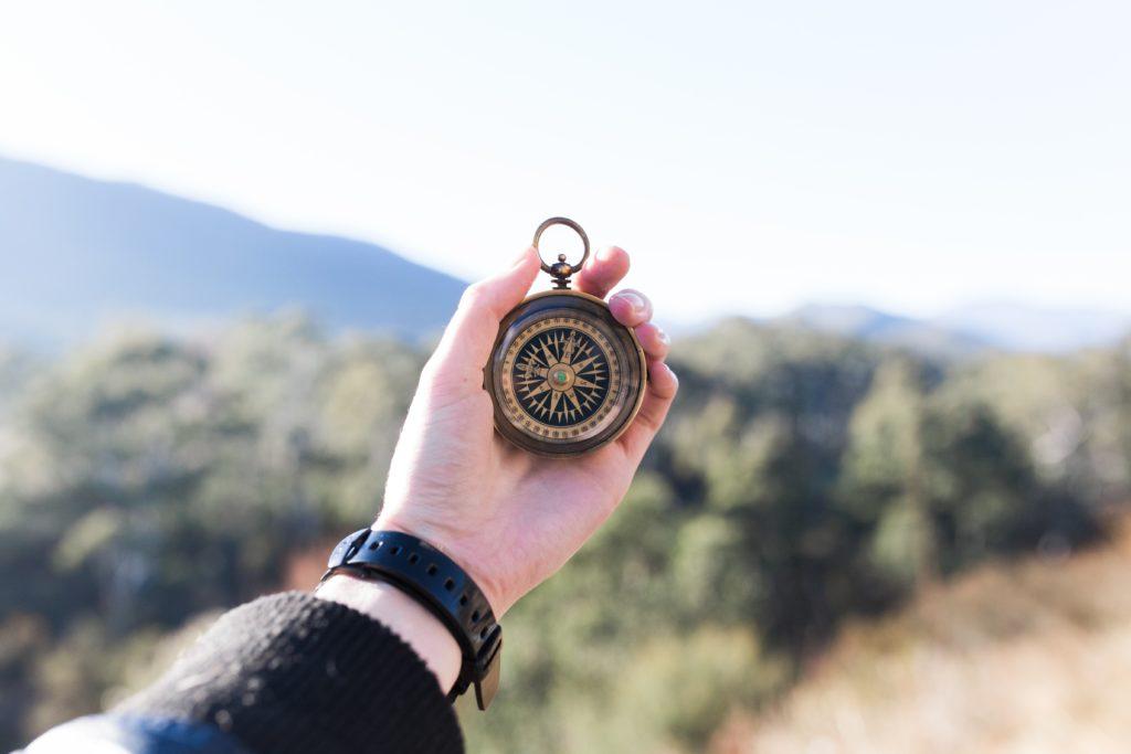Eine Hand hält einen Kompass.