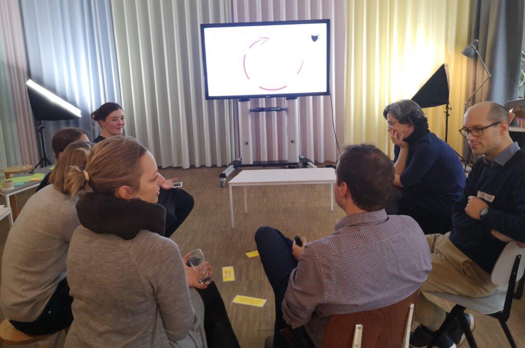 7 Personen sitzem im Kreis und diskutieren mit der Methode Convo-Café, welche Inhalte sie sich auf www.so-geht-digital.de wünschen.