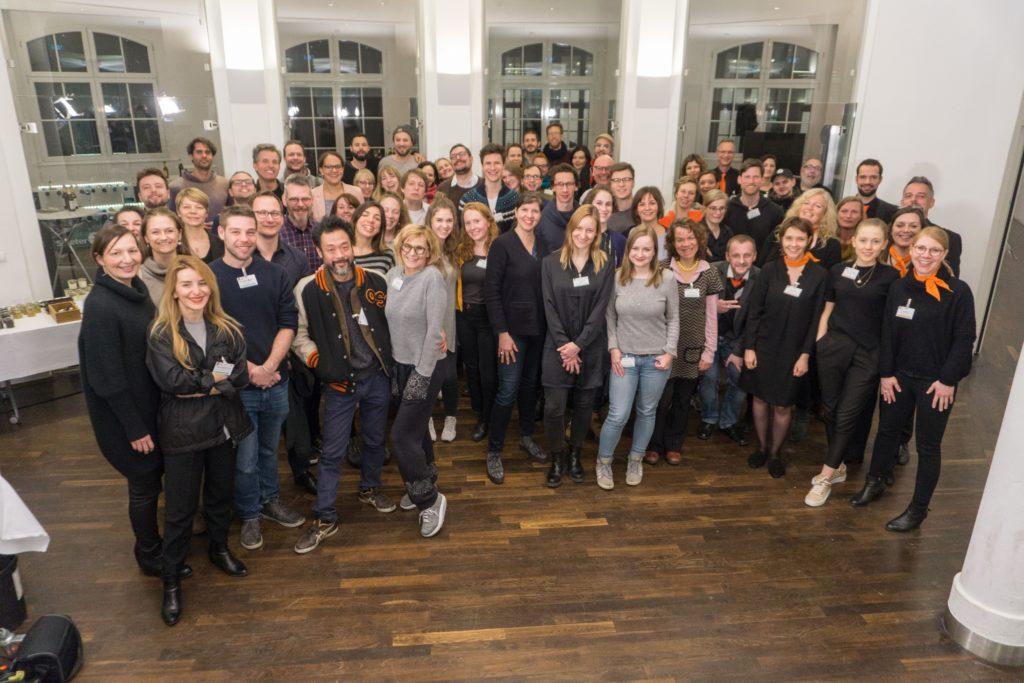 Gruppenbild mit ca 50 Personen, die an einer Nachtschicht in Berlin teilgenommen haben.