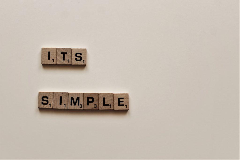 """Scrabble-Buchstaben, die die Wörter """"it's simple"""" ergeben."""