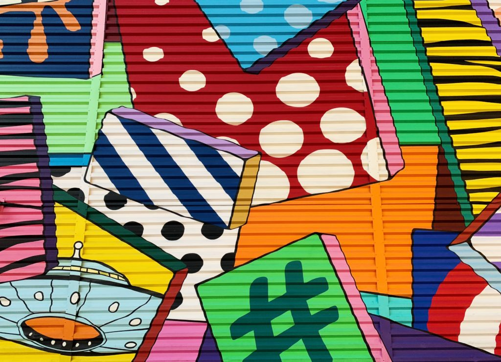 Buntes Graffiti mit vielen Quadraten in bunt, gestreift und gepunktet