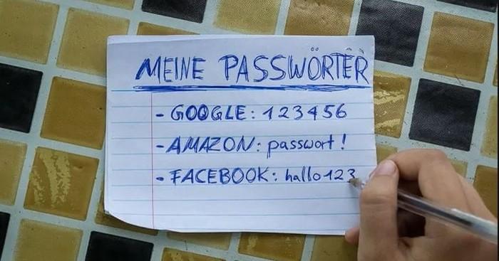 """Ein Zettel liegt auf einem Tisch. Auf diesem steht """"Meine Passwörter"""" gefolgt von einer unsicheren Passwort-Auflistung von Passwortauflistung von Google, Amazon und Facebook."""