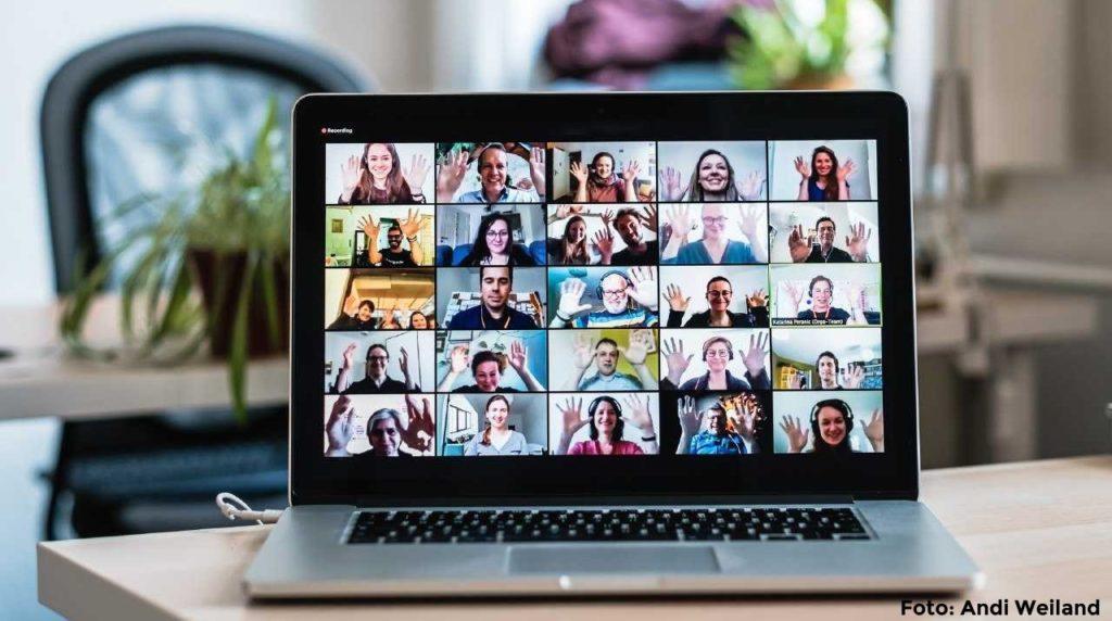Laptopbildschirm auf dem in Rasteransicht Teilnehmer:innen des open Transfer goes digital camps gezeigt werden.