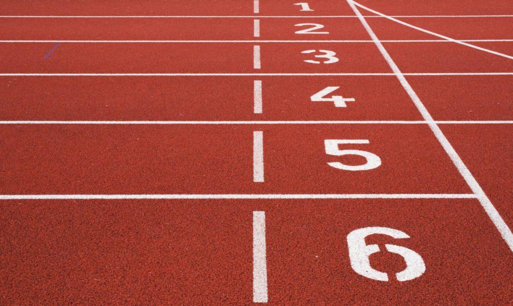 Ziellinie einer Tartan-Laufstrecke