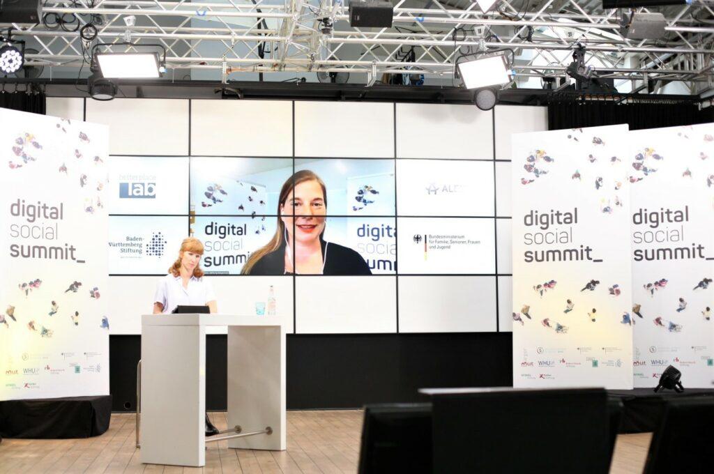 DSS-Moderatorin Teresa Sickert im Vordergrund, Katarina peranic im Hintergrund auf einem Bildschirm zu sehen.