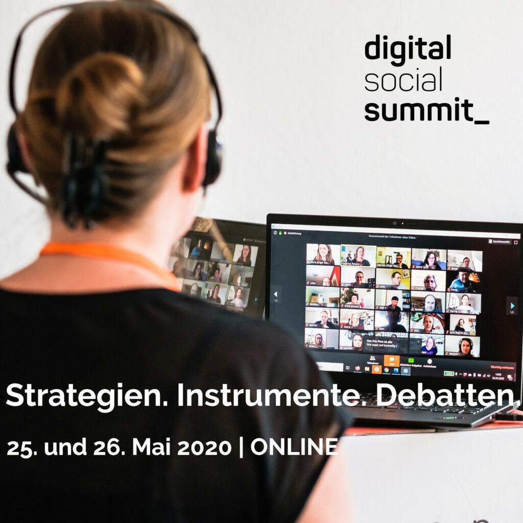 Über die Schulter einer Frau hinweg fotografiert sieht man zwei Bildschirme, auf denen viele Menschen im Zoom-Raum miteinander sprechen. Oben in der Ecke das Logo des Digital Social Summit.