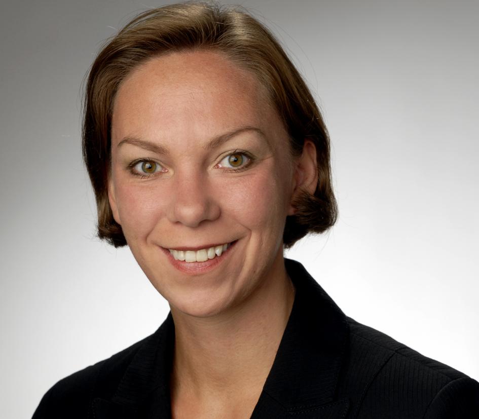 Bild von Dr. Hilke Posor mit blondem kinnlangen Haar und einem schwarzen Oberteil.