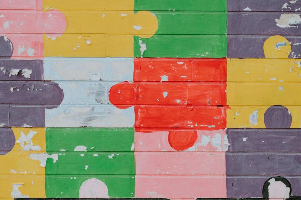 Farbige Puzzlestücke greifen ineinander.