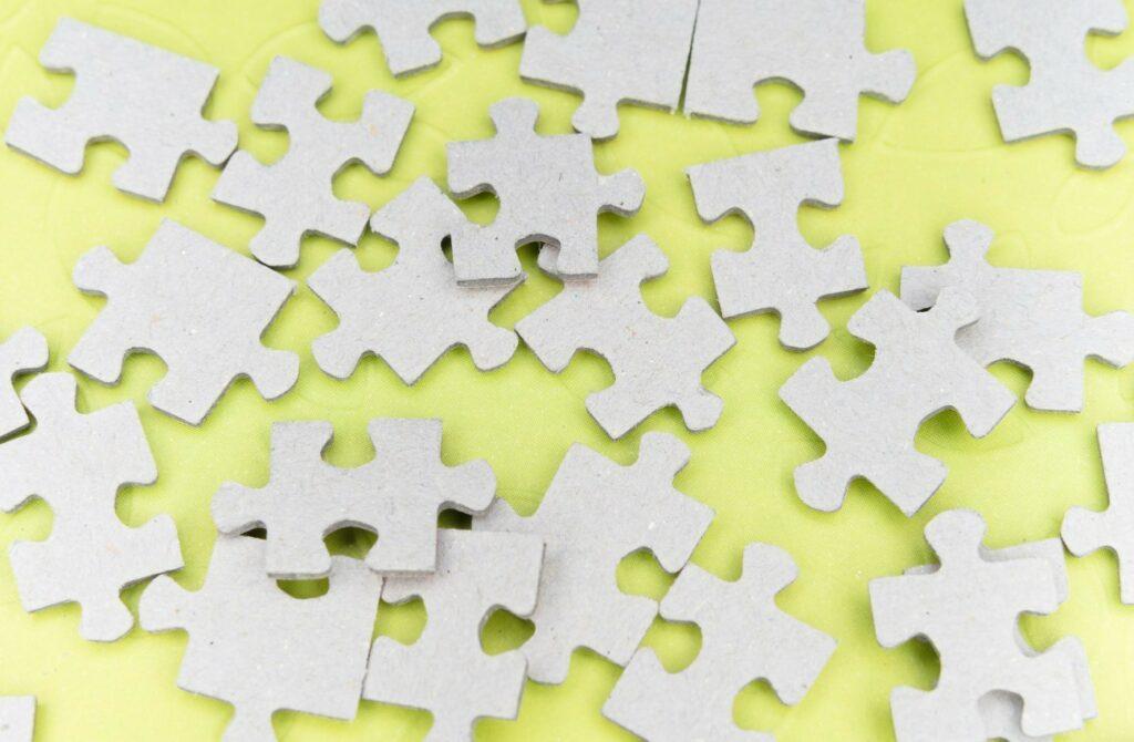 Puzzlestücke greifen ineinander.