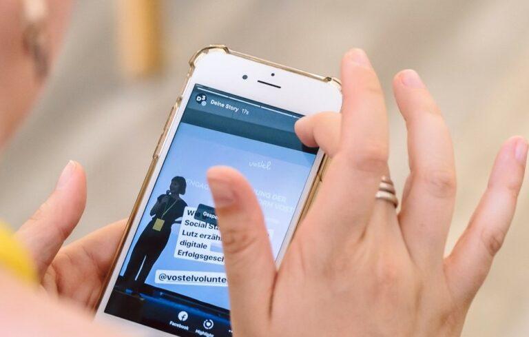 Foto einer Frau, die eine Instagram-Story für D3 auf ihrem Smartphone erstellt