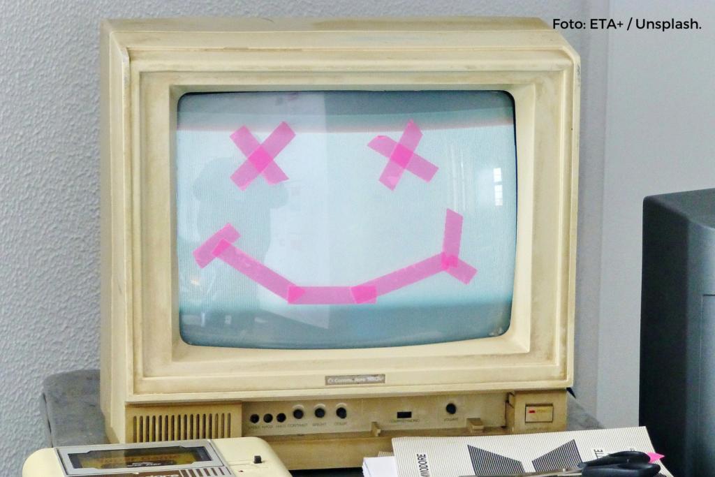 Foto eines Coomodore 64-Desktops, auf den mit Klebestreifen ein Smiley geklebt ist.