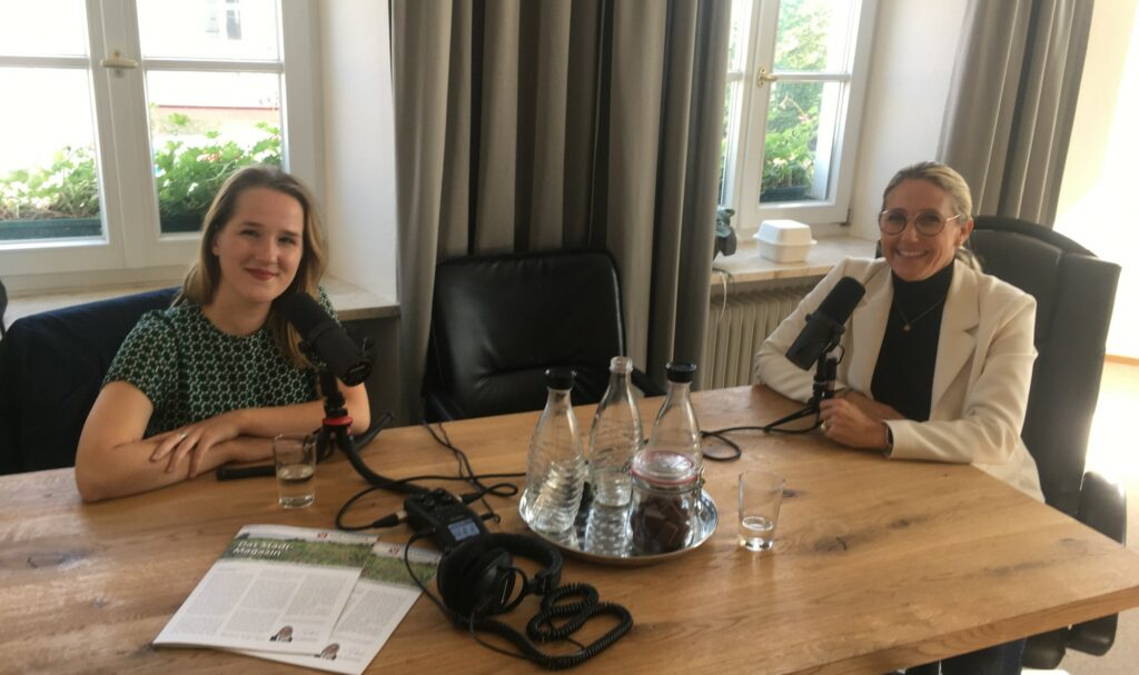 Digitale Provinz-Redakteurin Anne Wihan zu Gast bei Sibylle Entwistle, Bürgermeisterin der Kleinstadt Vilsbiburg in Niederbayern.