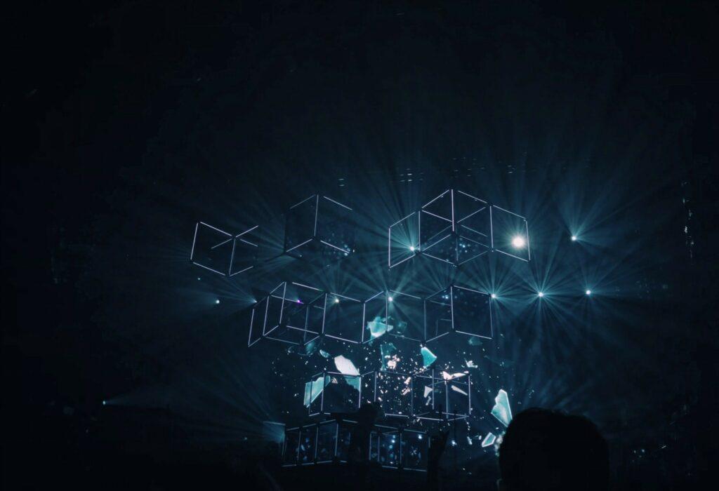 Foto eines 3D-Animation auf einem Konzert vor dunklem Hintergrund.