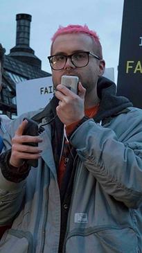 """Whistleblower und Autor von """"Mindfuck - wie die Demokratie von Social Media untergraben wird"""" Christopher Wylie spricht auf Demonstration."""