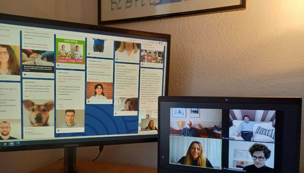 D3-Meet-up: Foto von zwei Bildschirmen. Auf einem ist das Zoom-D3-Meet-up zu sehen – auf dem anderen die Padlet-Wall.