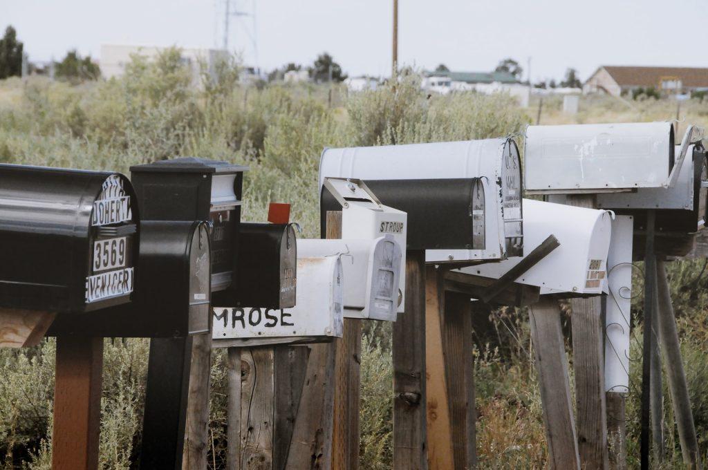 US-Briefkästen stehen an einem Feldrand aufgereiht.