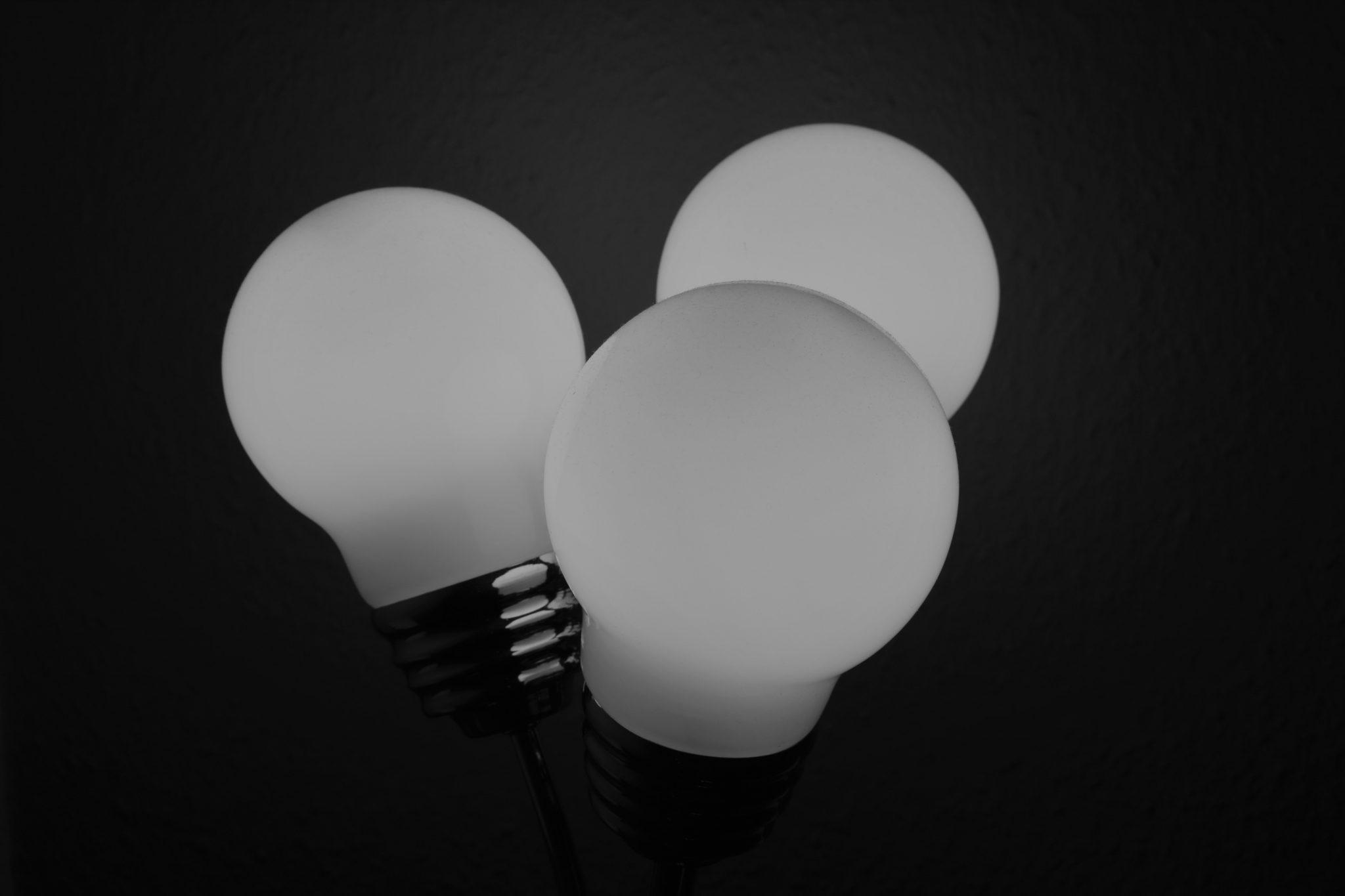 Foto von drei weißen Glühbirnen als Synonym für Videokonferenzen ohne SchnickSchnack