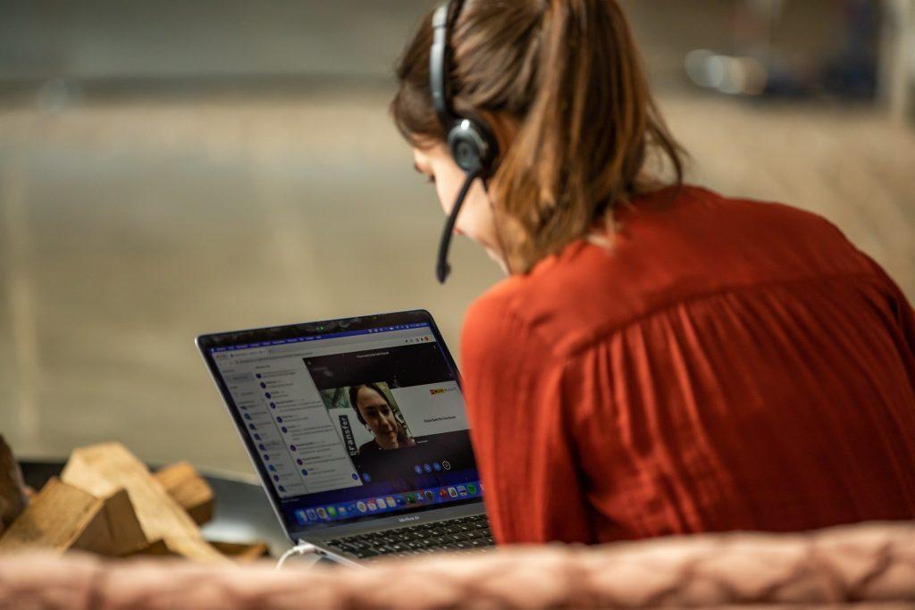 Foto von einer openTransfer-Mitarbeiterin, die an einer Online-Veranstaltung teilnimmt.