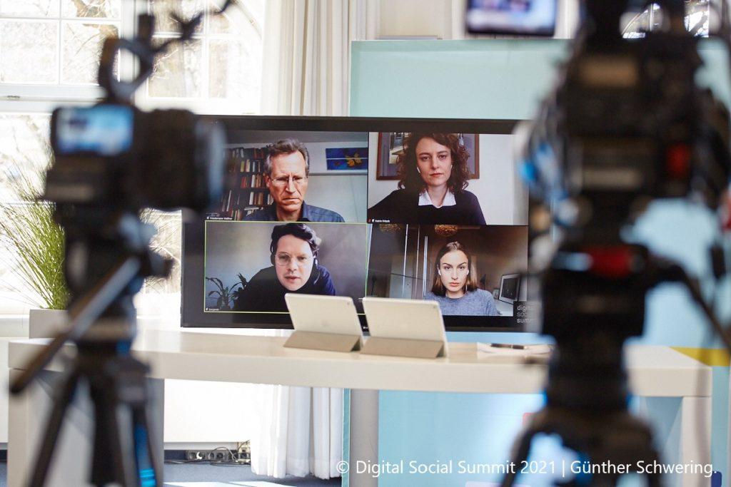 Foto vom Digital Social Summit 2021. Hybridisierung: Ein Zoom-Webinar wird ins Studio gestreamt.