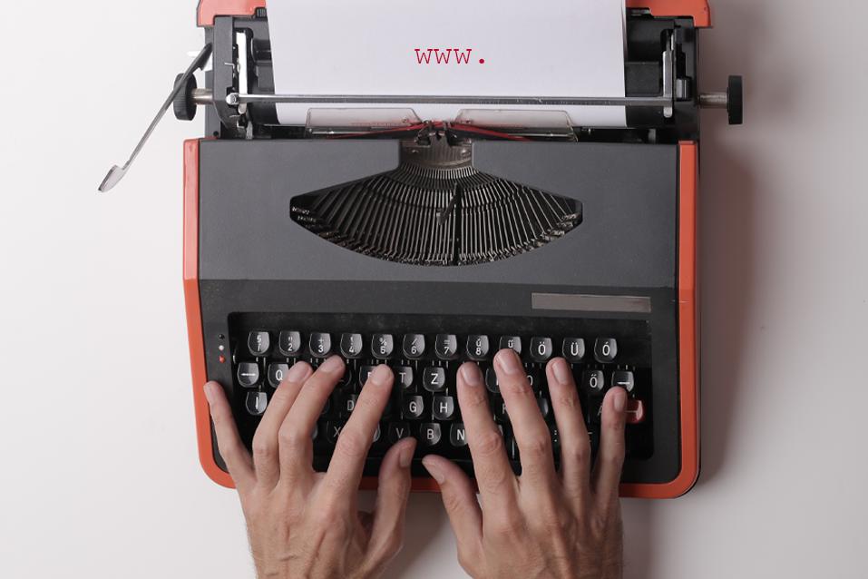 """Foto von einer Schreibmaschine. Auf dem Schreibblatt sind die Domain-Anfangsbuchstaben """"www"""" zu sehen."""