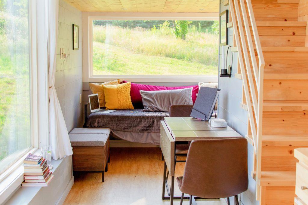 Foto eines minimalistisch eingerichteten Zimmers