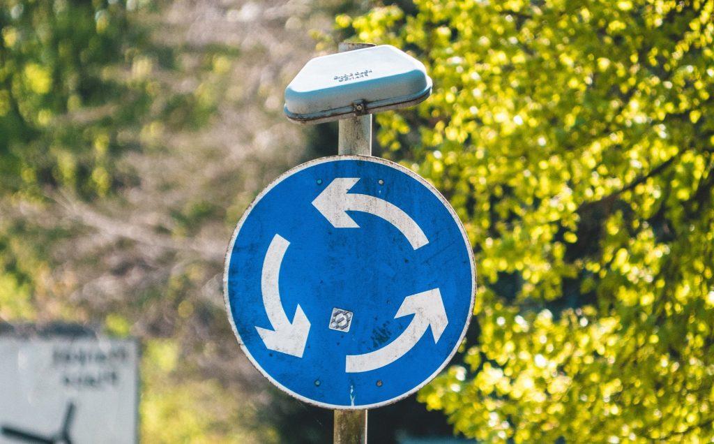 Symbolbild für Flipped Vernetzung: Foto eines Straßenschild, das gegen den Uhrzeigersinn lenkt.