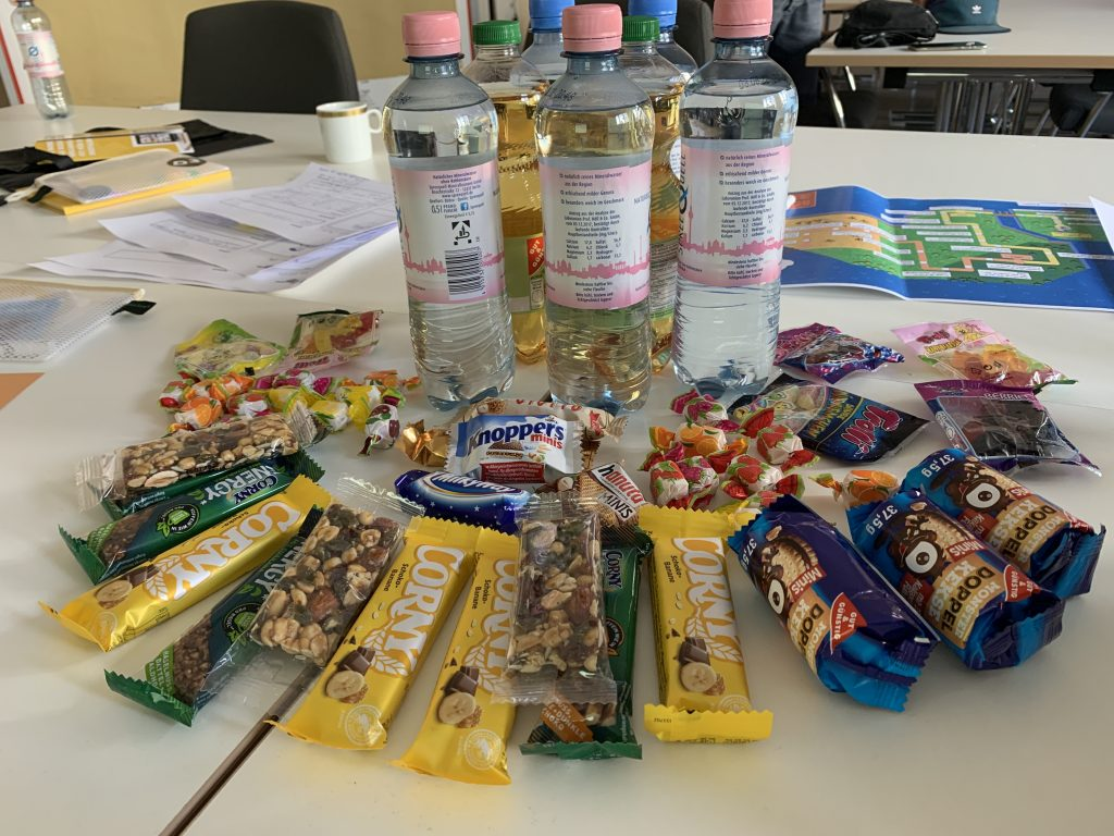 Ein Tisch voller Süßigkeiten und Getränken beim Berliner TSC