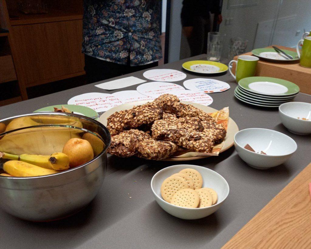 Moderationskarten und Snacks stehen auf einem Küchentresen  bei der AWO Mittelrhein, die auch in der Mittagspause weiter an ihrer Level up! Challenge arbeitet.