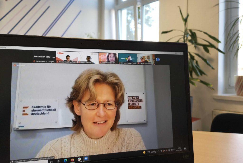 Foto von Susanne Saliger beim Moderieren des Barcamps #DigitalStrategie